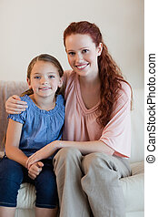 madre e hija, sofá