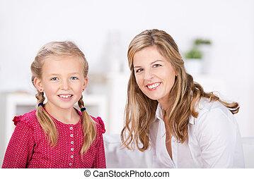 madre e hija, sonriente