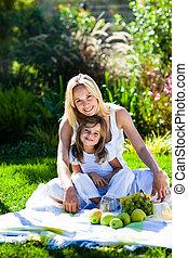 madre e hija, tener un picnic