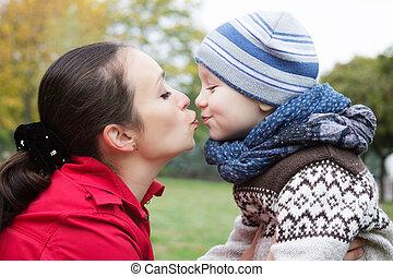 madre e hijo, besar