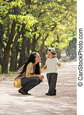 madre e hijo, en el estacionamiento