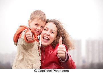 madre e hijo, exposición, aprobar, gesto