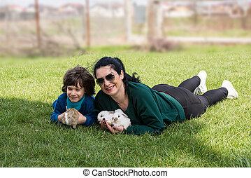 madre e hijo, tenencia, pequeño, conejos