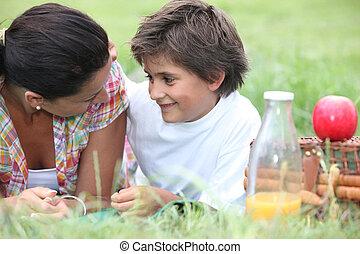 madre e hijo, teniendo, un, verano, picnic