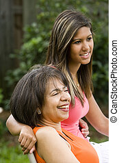 madre, el sentarse junto, hija, interracial