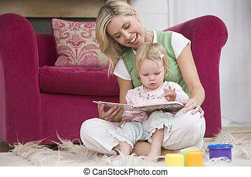 madre, en, sala, libro de lectura, con, bebé, sonriente
