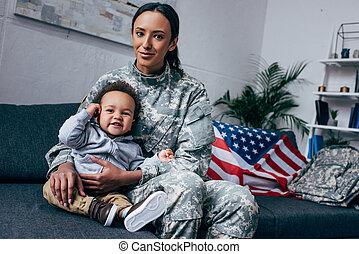 madre, en, uniforme militar, con, bebé, niño