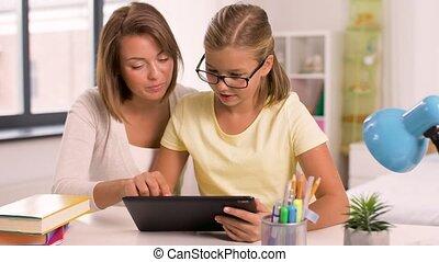 madre figlia, con, pc tavoletta, fare, compito