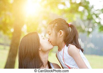 madre figlia, kissing.