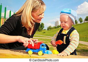 madre, giochi, bambino, con, automobile gioco