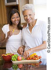 madre, hora de comer, preparando, juntos, hija, comida