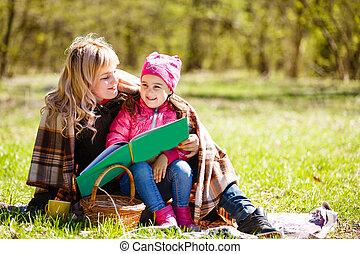 madre, libro, parco, leggere, figlia