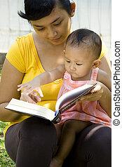 madre, mientras, lectura, joven, cuidado de niños