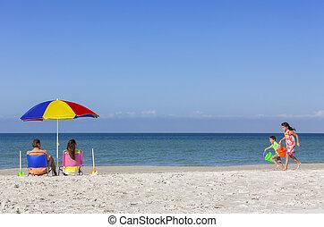 madre, padre, hija, hijo, padres, niños, familia en la playa