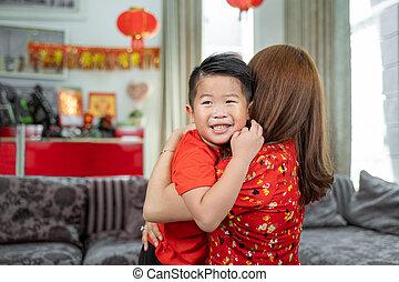 madre pequeña, niño, sonriente, ella, asiático, se abrazar