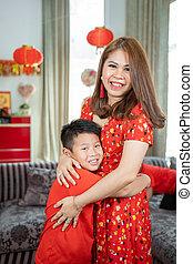 madre pequeña, tener diversión, niño, asiático, se abrazar