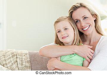 madre, se abrazar, hija, en, sofá