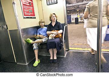 madre, seduta, sottopassaggio, bambino