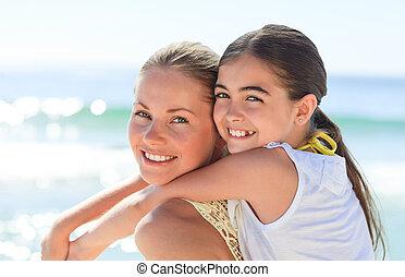 madre, teniendo, hija, un, a cuestas