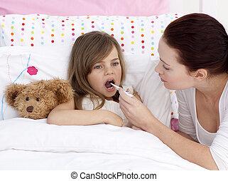 madre, toma, ella, daughter\'s, temperatura, con, un, termómetro