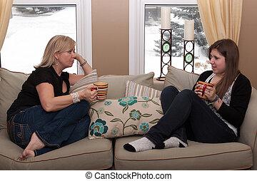 madre, y, adolescente, hija, teniendo, un, conversación