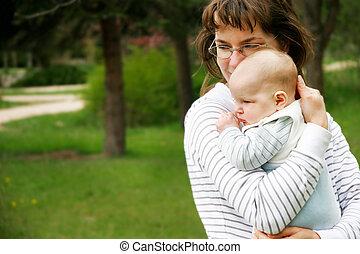 madre y bebé, en el estacionamiento