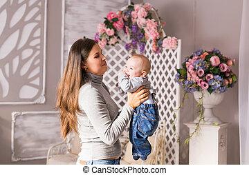 madre, y, ella, child., mamá, juego, con, reír, kid., familia , en casa