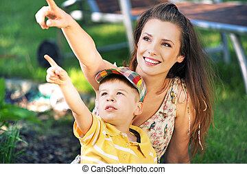 madre, y, ella, hijo, mirar fijamente, en, algo, interesante