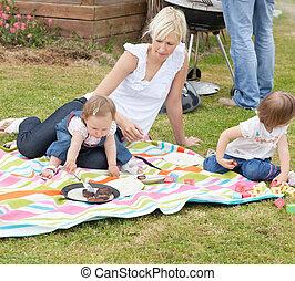madre, y, hijas, tener un picnic, juntos
