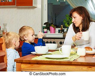 madre, y, hijos, niños, niños, niños comer, desayuno, juntos