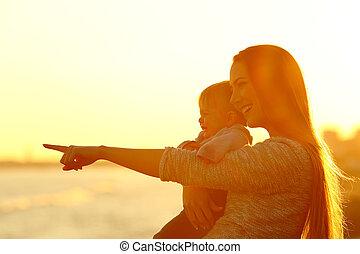 madre, y, niño, hijo, el mirar lejos, en, ocaso