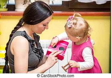 madre y niño, niña, juego, en, jardín de la infancia, en,...