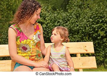 madre y niño, sentarse, en, banco