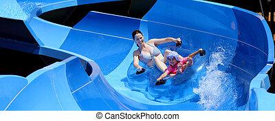madre y niño, tener diversión, en, parque acuático
