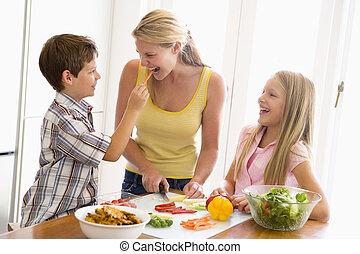 madre y niños, aparejar, un, comida, juntos