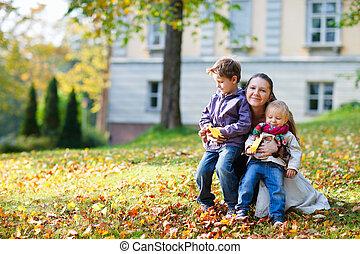 madre, y, niños, en, otoño, parque