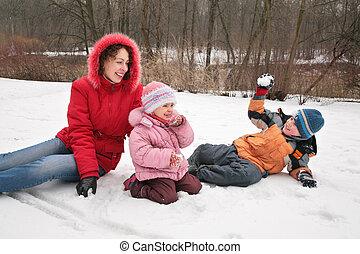 madre y niños, juego, en, invierno, parque