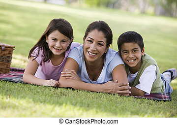 madre y niños, merienda campestre que tiene