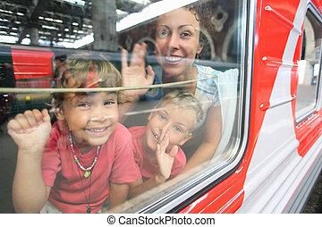 madre y niños, mirada, de, tren, ventana