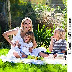 madre y niños, tener un picnic