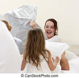 madre y niños, teniendo, un, pelea almohada