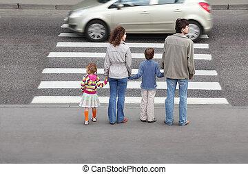 madre y padre, asideros, mano, de, poco, hija hijo, y, posición, cerca, paso de peatones, atrás, coche, en, camino
