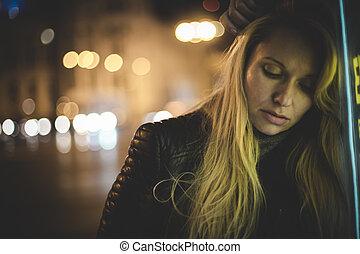 madrid, sinnlich, blond, stadt, nacht, mit, neon zündet, und, a, zeichen, von, a, bushaltestelle