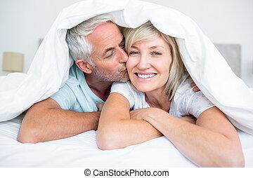 maduras, bochecha, closeup, beijando, womans, homem, cama