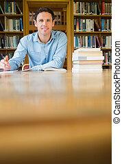 maduras, escrivaninha, estudar, sorrindo, estudante, biblioteca