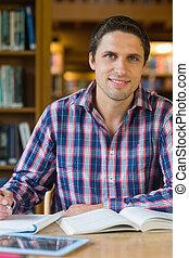 maduras, escrivaninha, macho, sorrindo, estudante, biblioteca