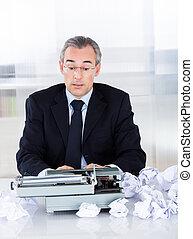 maduras, homem negócios, digitando, ligado, máquina escrever