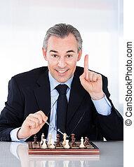maduras, homem negócios, xadrez jogando, e, gesticule
