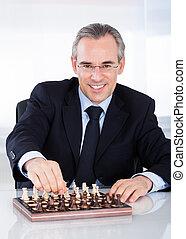 maduras, homem negócios, xadrez jogando
