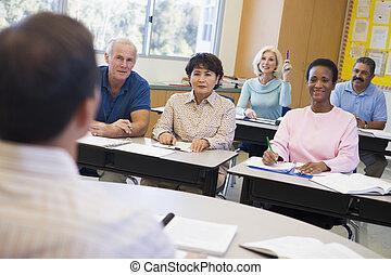 maduras, mão, aluno feminino, classe, levantamento
